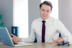 Glücklicher Geschäftsmann, der an der Kamera lächelt Lizenzfreies Stockbild