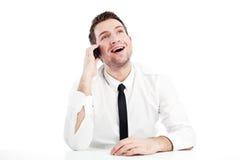 Glücklicher Geschäftsmann, der durch Telefon spricht stockbilder