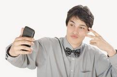 Glücklicher Geschäftsmann, der ein selfie Foto mit seinem intelligenten Telefon macht Lizenzfreie Stockfotografie
