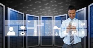 Glücklicher Geschäftsmann, der ein Telefon und Grafiken im Serverraum hält Lizenzfreie Stockfotografie