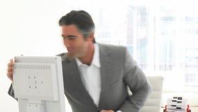 Glücklicher Geschäftsmann, der an einem Computer arbeitet stock video