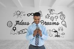 Glücklicher Geschäftsmann, der in einem Raum 3D mit einer Begriffsgraphik auf der Wand steht Stockbild