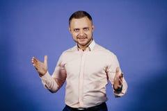 Glücklicher Geschäftsmann, der in einem rosa Hemd klatscht stockfoto