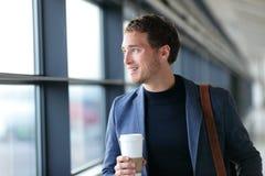 Glücklicher Geschäftsmann, der geht, trinkenden Kaffee zu bearbeiten Lizenzfreie Stockfotografie