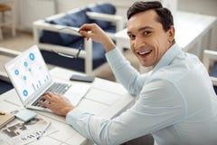 Glücklicher Geschäftsmann, der Geschäft und das Lächeln tut lizenzfreie stockfotos