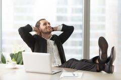 Glücklicher Geschäftsmann, der an gute Perspektiven denkt Stockbilder