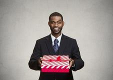 Glücklicher Geschäftsmann, der jemand Geschenkbox gibt Lizenzfreie Stockbilder