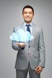 Glücklicher Geschäftsmann, der virtuelle Wolkenprojektion zeigt Lizenzfreie Stockfotografie