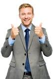 Glücklicher Geschäftsmann greift herauf Zeichen auf weißem Hintergrund ab stockbild