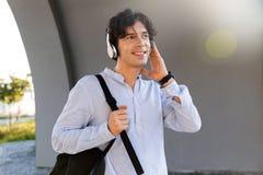 Glücklicher Geschäftsmann kleidete in tragendem Rucksack des Hemdes an stockbild