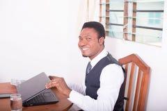 Glücklicher Geschäftsmann mit Computer Lizenzfreies Stockbild