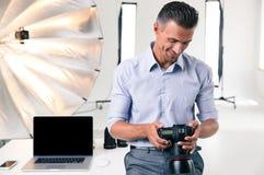 Glücklicher Geschäftsmann unter Verwendung der Kamera Lizenzfreie Stockbilder