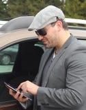 Glücklicher Geschäftsmann unter Verwendung Internet ot Tablette lizenzfreie stockbilder