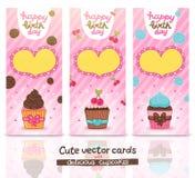 Glücklicher Glückwunschkartesatz mit kleinem Kuchen. Stockfotos