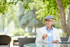 Glücklicher Großvater im Café lizenzfreies stockfoto