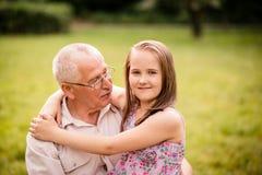 Glücklicher Großvater mit Enkelkind stockbild