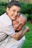 Glücklicher Großvater und Enkel Lizenzfreie Stockbilder