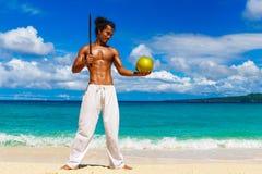 Glücklicher gutaussehender Mann des asiatischen Auftrittes mit Kokosnuss auf dem tropi Stockbilder