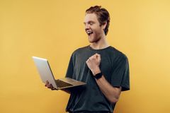 Glücklicher Guy Celebrating Success Using Laptop stockbild