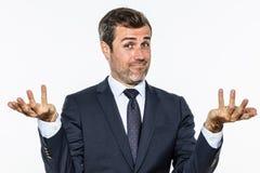 Glücklicher hübscher Geschäftsmann, der sich Hände für sorglosen Erfolg zeigt Stockbild