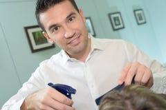 Glücklicher hübscher männlicher Friseur lizenzfreie stockfotografie