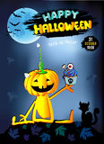 Glücklicher Halloween-Babykürbis mit dem Kuchen, blau Stockfotos