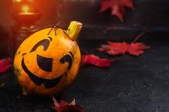 Glücklicher Halloween-Feiertagshintergrund mit lustigem Kürbis und Herbstlaub Stockfotos