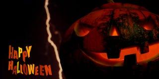 Glücklicher Halloween-Kürbiskartenhintergrund mit Blitz Stockfoto
