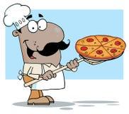 Glücklicher hispanischer Chef, der eine Pizzatorte trägt Lizenzfreie Stockfotografie