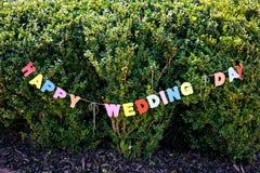 Glücklicher Hochzeitstag der Wörter durch farbige Buchstaben Stockbild