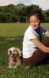 Glücklicher Hund am Feld Stockfotos