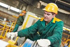 Glücklicher Industriearbeitskraftschlosser mit Schlüssel Lizenzfreie Stockbilder