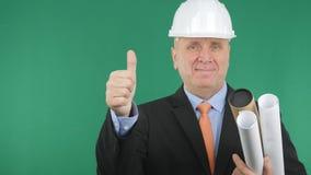 Glücklicher Ingenieur Smile und Daumen oben mit grünem Schirm im Hintergrund lizenzfreies stockfoto