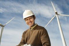 Glücklicher Ingenieur At Wind Farm Lizenzfreie Stockfotos