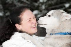 Glücklicher Inhaber des sibirischen Schlittenhunds mit Hund Lizenzfreies Stockbild