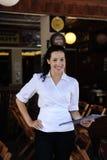 Glücklicher Inhaber einer Gaststätte Stockfoto