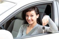 Glücklicher Inhaber eines Neuwagens zeigt den Autoschlüssel stockfoto
