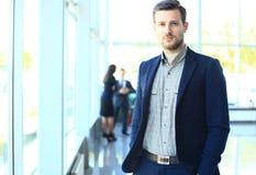 Glücklicher intelligenter Geschäftsmann mit Team verbindet die Diskussion Stockfoto