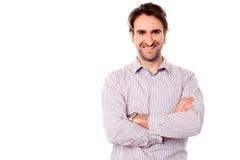 Glücklicher intelligenter Kerl, der im Vertrauen aufwirft Lizenzfreie Stockfotos