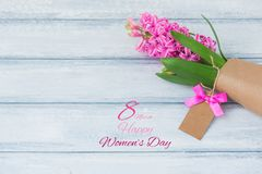 Glücklicher internationaler Frauen-Tag, Hyazinthe über hölzernem Hintergrund Stockbild