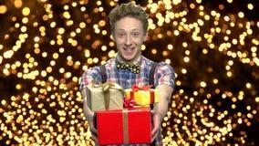 Glücklicher jugendlich Junge, der Geschenkboxen gibt stock video