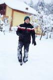 Glücklicher Jugendlicher im Schnee Stockbild
