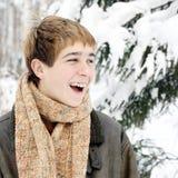 Glücklicher Jugendlicher im Winter Stockfotografie