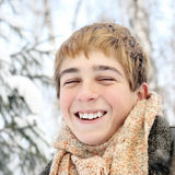 Glücklicher Jugendlicher im Winter Lizenzfreies Stockfoto