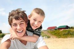 Glücklicher Jugendlicher und Kind Stockbild