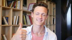 Glücklicher Jugendlicher zeigt sich Daumen stock video