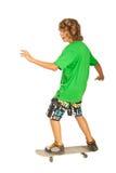 Glücklicher Jugendlichmann auf Skateboard stockfoto