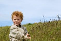 Glücklicher Junge auf dem Gebiet stockbilder