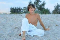 Glücklicher Junge auf dem Strand Stockbild