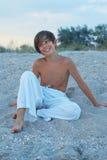 Glücklicher Junge auf dem Strand Lizenzfreie Stockfotos
